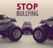 Twee Monstervrachtwagens die een kleine auto intimideren Royalty-vrije Stock Foto's