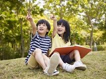 Twee mooie Aziatische kinderen Royalty-vrije Stock Afbeeldingen