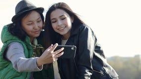 Twee mooie Aziatische tieners maken een grappige selfie stock video