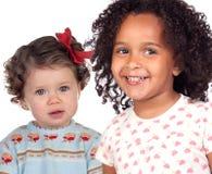 Twee mooie babymeisjes van verschillende rassen stock foto's