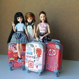 Twee mooie Barbie-poppen fluisteren één of ander geheim royalty-vrije stock foto's