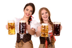 Twee mooie blonde en donkerbruine meisjes van meest oktoberfest bierstenen bierkroes stock foto's