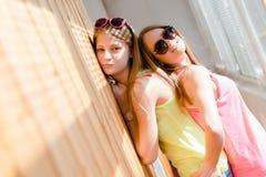 Twee mooie blonde tieners die pret het gelukkige glimlachen hebben Royalty-vrije Stock Foto's