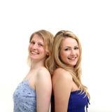 Twee mooie blonden gaan te steunen achteruit Royalty-vrije Stock Foto