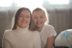 Twee mooie blondenzusters die in witte kleren glimlachen royalty-vrije stock afbeelding