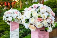 Twee mooie boeketten van rozen in openlucht Stock Afbeeldingen