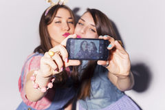 Twee mooie donkerbruine vrouwen (meisjes) tieners brengen tijd door togeth Stock Afbeelding