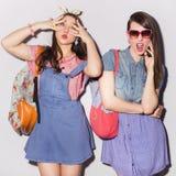Twee mooie donkerbruine vrouwen (meisjes) tieners brengen tijd door togeth Stock Fotografie