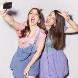 Twee mooie donkerbruine vrouwen (meisjes) tieners brengen tijd door togeth Stock Foto