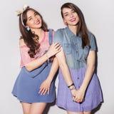 Twee mooie donkerbruine vrouwen (meisjes) tieners brengen tijd door togeth Royalty-vrije Stock Fotografie