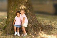 Twee mooie etnische zustersmeisjes Stock Foto