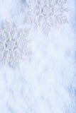 Twee mooie fonkelende uitstekende sneeuwvlokken op een achtergrond van de rijpsneeuw De winter en Kerstmisconcept Royalty-vrije Stock Afbeelding