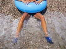 Twee mooie gelooide benen van vrouw op kust Royalty-vrije Stock Foto