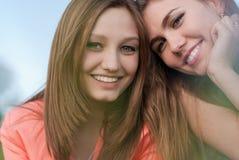 Twee Mooie gelukkige glimlachende jonge vrouwen Royalty-vrije Stock Foto