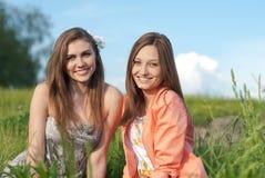 Twee Mooie gelukkige glimlachende jonge vrouwen in openlucht Stock Foto's