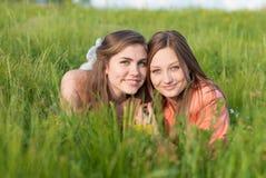 Twee Mooie gelukkige glimlachende jonge vrouwen in openlucht Stock Afbeelding