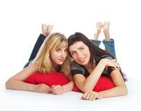 Twee mooie het liggen meisjes Royalty-vrije Stock Fotografie