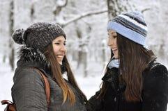 Twee mooie jonge meisjes Stock Foto's