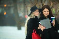 Twee mooie jonge meisjes in het warme kleren lopen Royalty-vrije Stock Fotografie