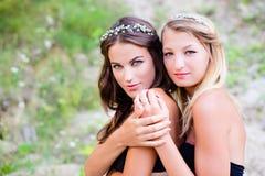 Twee mooie jonge meisjes met naakte schouders Stock Foto's