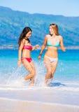 Twee Mooie Jonge Meisjes op het Strand Stock Foto's