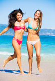 Twee Mooie Jonge Meisjes op het Strand Royalty-vrije Stock Foto's