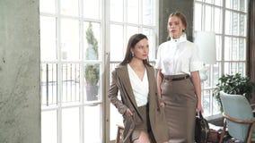 Twee mooie jonge meisjes in pakken Bedrijfs stijl stock videobeelden