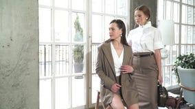 Twee mooie jonge meisjes in pakken Bedrijfs stijl stock video