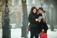 Twee mooie jonge meisjes in warme kleren Royalty-vrije Stock Afbeeldingen