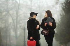 Twee mooie jonge meisjes in warme kleren Royalty-vrije Stock Foto's