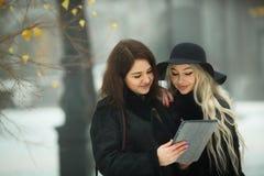 Twee mooie jonge meisjes in warme kleren Royalty-vrije Stock Afbeelding