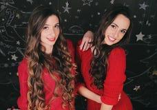 Twee mooie jonge vrouwen die thuis vieren nieuw Royalty-vrije Stock Foto