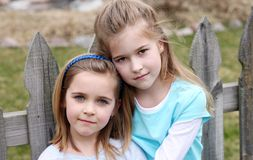 Twee mooie kleine blonde meisjes royalty-vrije stock foto