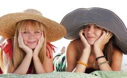 Twee mooie meisjes bij strand Royalty-vrije Stock Afbeeldingen