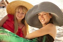 Twee mooie meisjes bij strand Stock Foto