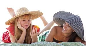 Twee mooie meisjes bij strand Stock Foto's