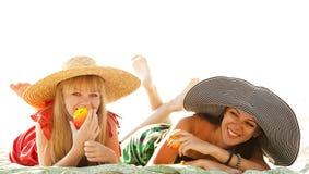 Twee mooie meisjes bij strand Royalty-vrije Stock Afbeelding