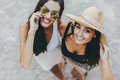 Twee mooie meisjes in de zomerkleren Royalty-vrije Stock Afbeeldingen