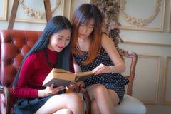 Twee mooie meisjes die boek lezen Royalty-vrije Stock Fotografie