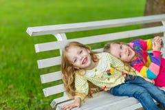 Twee mooie meisjes die in de tuin stellen Royalty-vrije Stock Foto