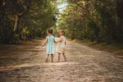 Twee mooie meisjes die in het hout lopen Stock Afbeelding