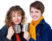 Twee mooie meisjes die koffie hebben Stock Afbeeldingen