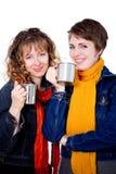 Twee mooie meisjes die koffie hebben Royalty-vrije Stock Afbeeldingen