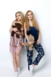 Twee mooie meisjes die op pilloows liggen Stock Afbeeldingen