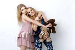 Twee mooie meisjes die op pilloows liggen Stock Afbeelding