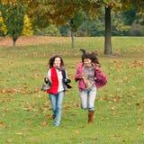 Twee mooie meisjes die pret hebben Royalty-vrije Stock Afbeeldingen