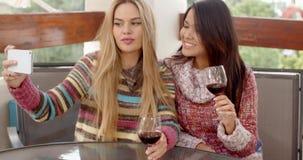 Twee Mooie Meisjes die Selfie nemen bij de Koffie stock videobeelden