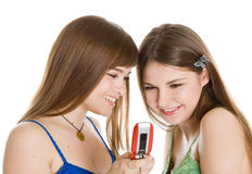 Twee mooie meisjes die SMS op mobiele telefoon lezen Royalty-vrije Stock Afbeelding
