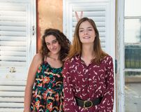 Twee mooie meisjes doen het teken van de konijntjeshand royalty-vrije stock fotografie