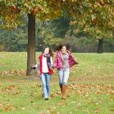 Twee mooie meisjes in het park Royalty-vrije Stock Foto